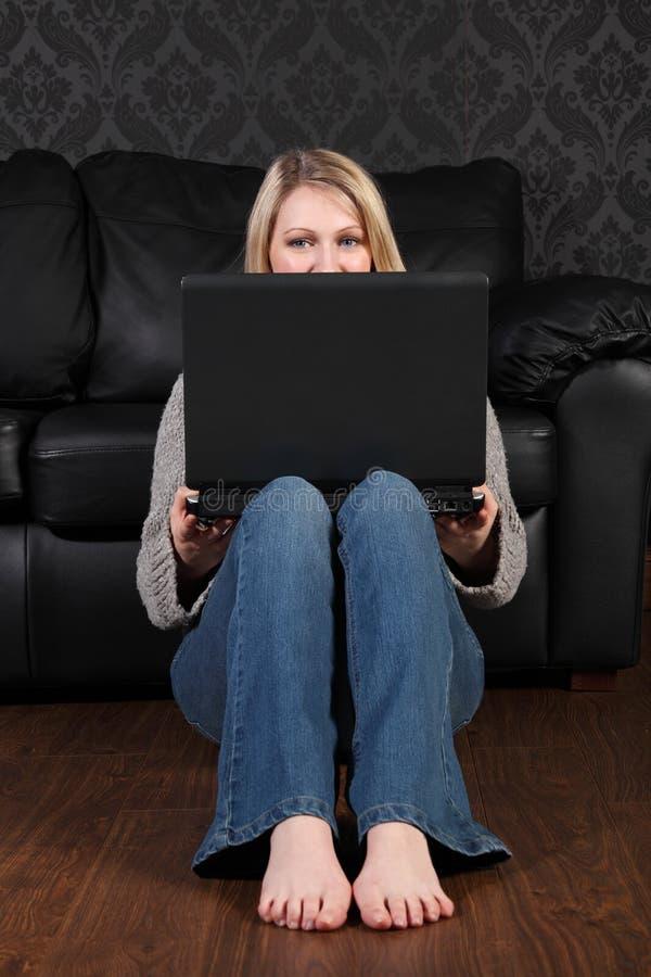 детеныши белокурой сети дома девушки он-лайн социальные стоковая фотография