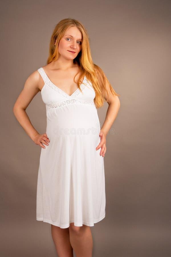 детеныши блондинкы супоросые белые стоковое изображение