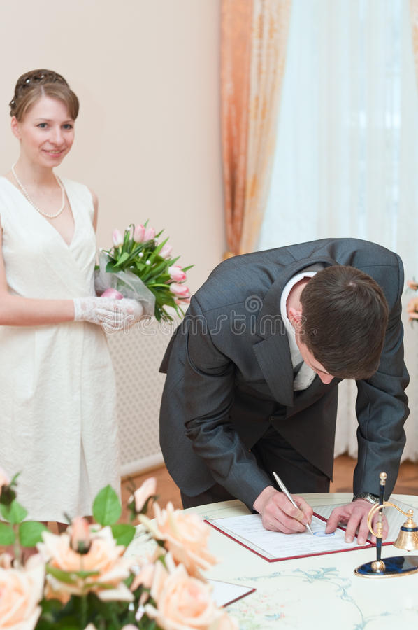 детеныши венчания пар любящие стоковое изображение rf