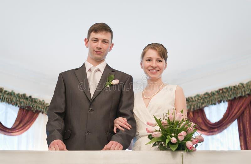 детеныши венчания пар любящие стоковая фотография