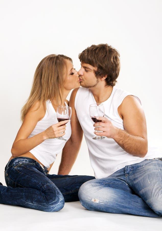детеныши вина жизнерадостных пар выпивая стоковые фото