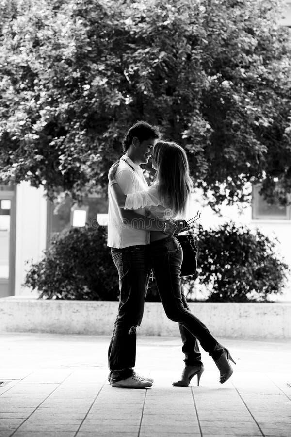 детеныши влюбленности пар счастливые стоковые фотографии rf