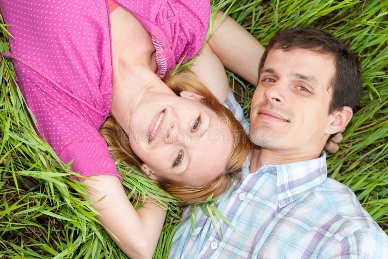 детеныши влюбленности травы пар стоковое изображение rf