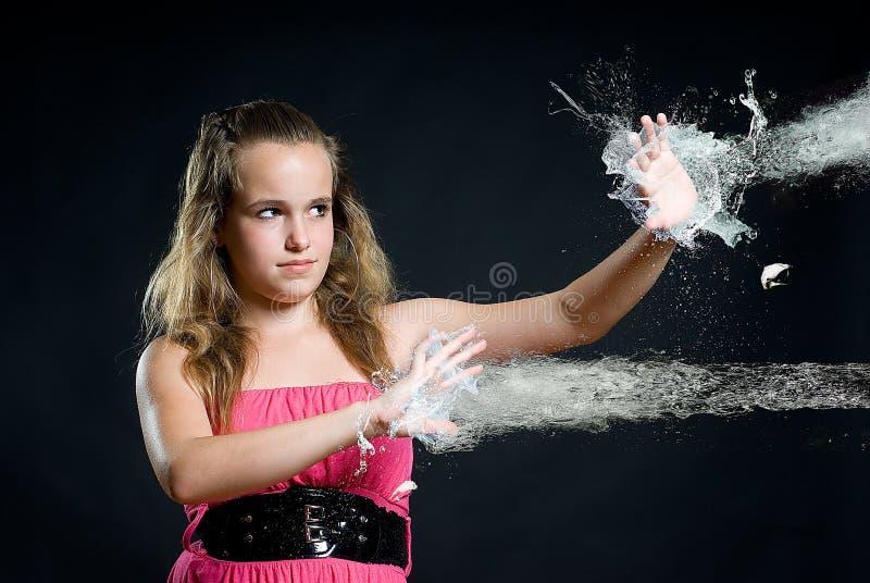 детеныши воды девушки отражая стоковые изображения rf