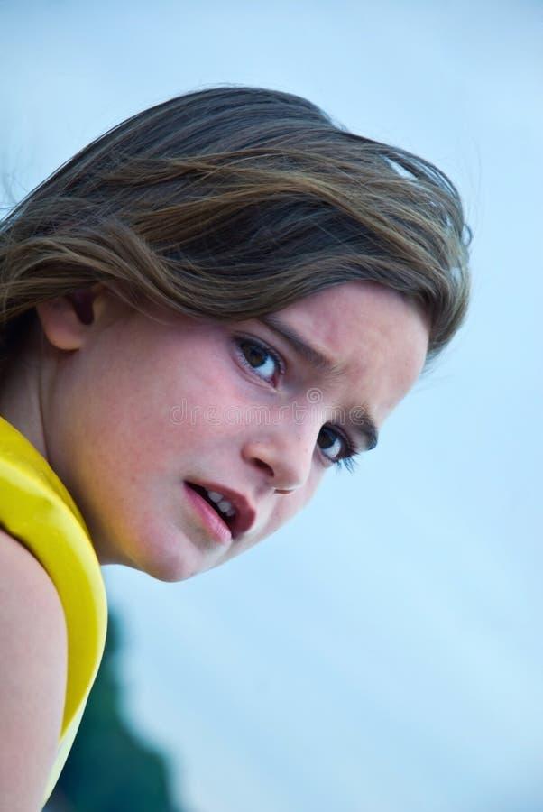 детеныши выражения потревоженные девушкой стоковое изображение