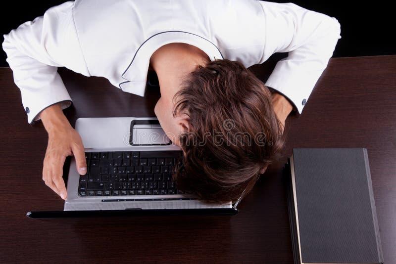 детеныши головки компьютера бизнесмена утомленные стоковое фото rf