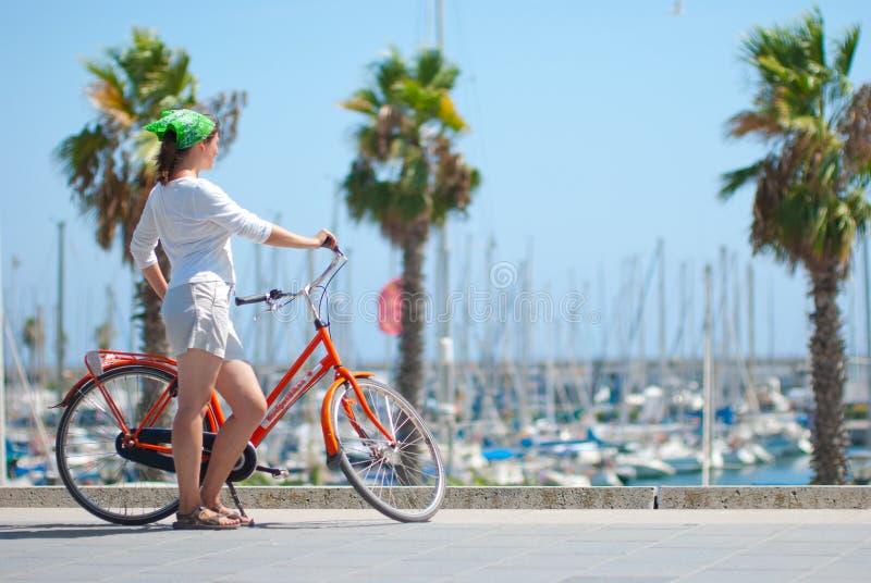 детеныши девушки велосипеда стоковая фотография