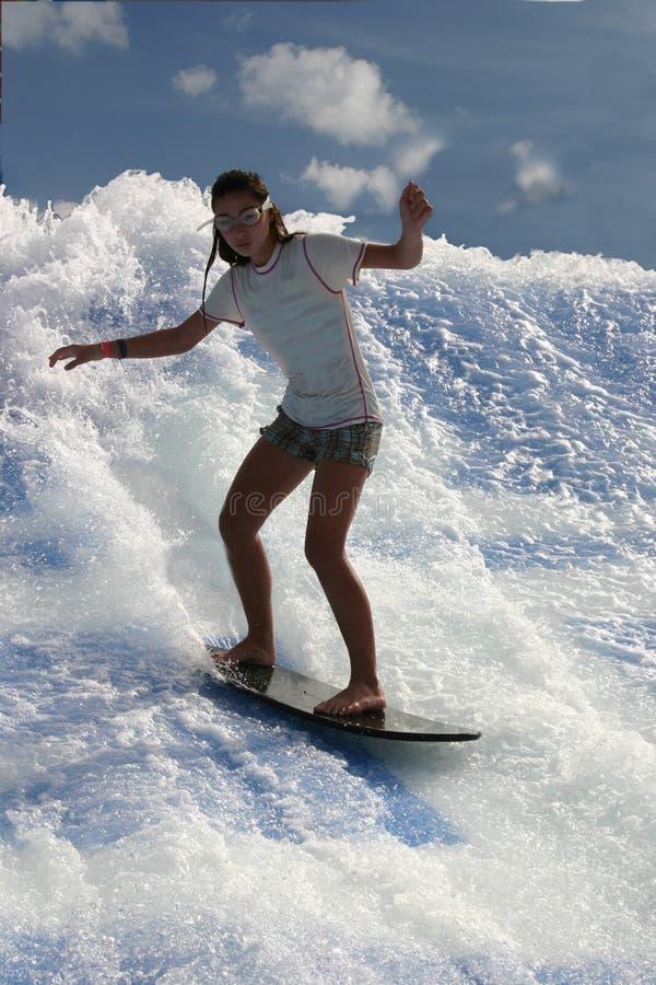 детеныши девушки занимаясь серфингом стоковая фотография
