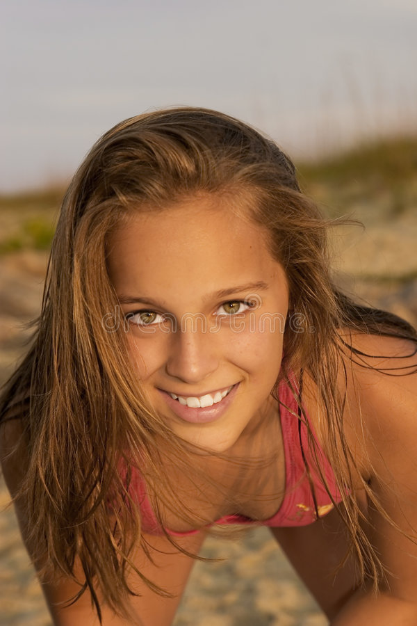 Download детеныши девушки пляжа стоковое фото. изображение насчитывающей океан - 482230
