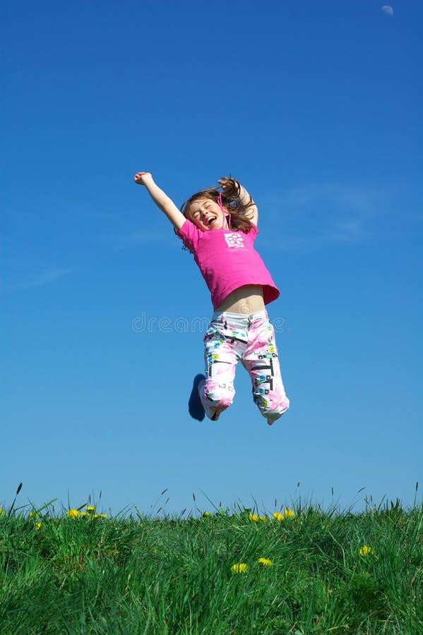 детеныши девушки скача стоковая фотография rf