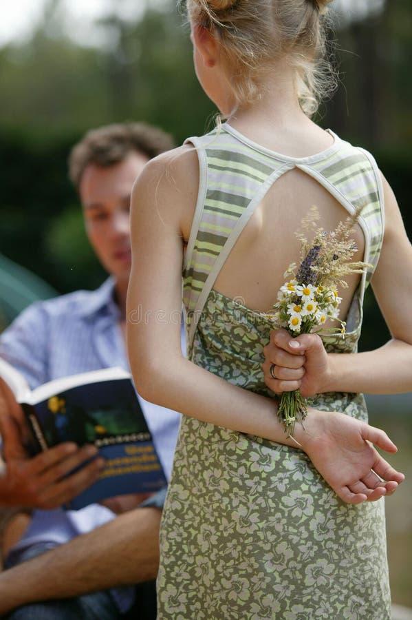 детеныши девушки цветков стоковое фото rf