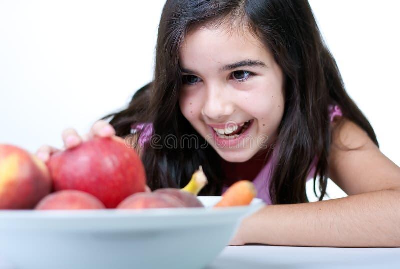 детеныши девушки яблока красные стоковые фото