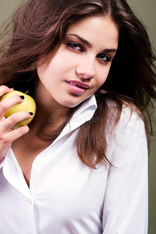 детеныши девушки яблока стоковые изображения rf