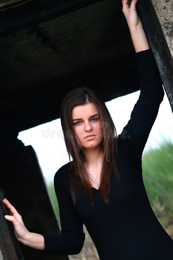 детеныши девушки ruins3 стоковая фотография rf
