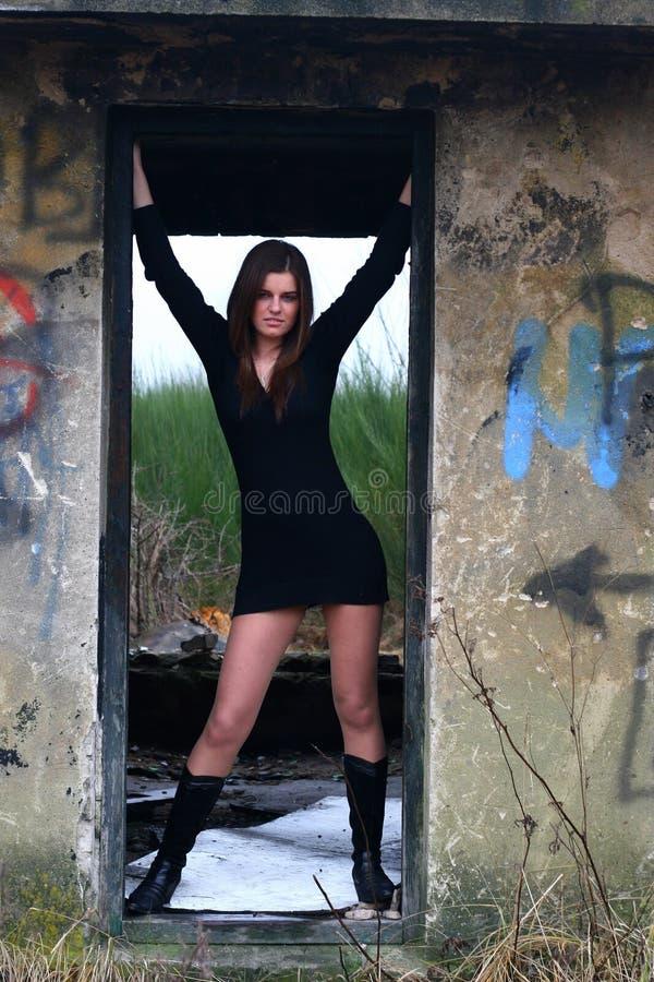 детеныши девушки ruins9 стоковое фото