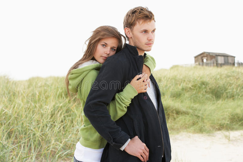 детеныши дюн пар романтичные стоящие стоковая фотография rf