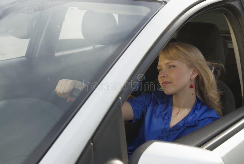 детеныши женщины автомобиля стоковое фото