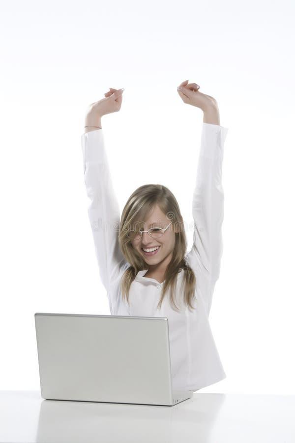 детеныши женщины белокурого компьютера счастливые стоковые изображения