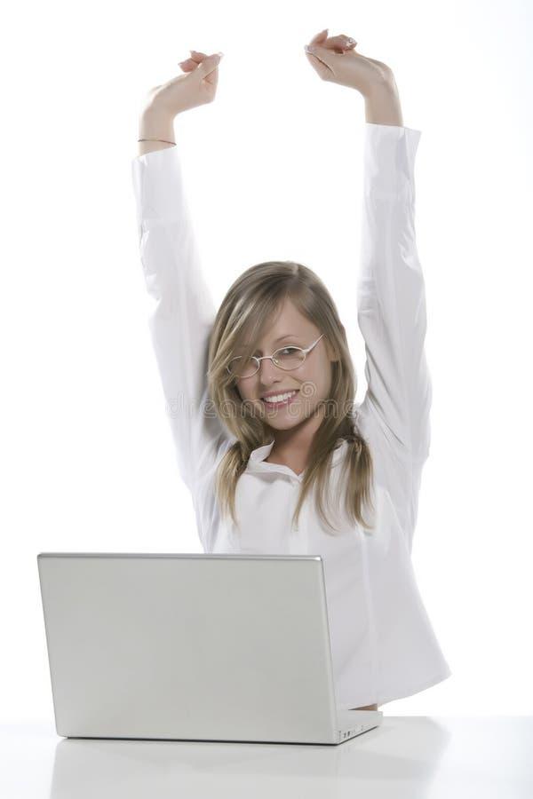 детеныши женщины белокурого компьютера счастливые стоковые фотографии rf