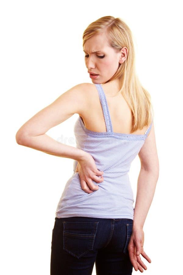 детеныши женщины боли в спине стоковая фотография