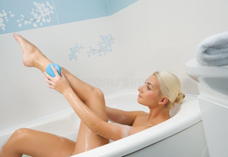детеныши женщины ванной комнаты моя стоковые изображения rf