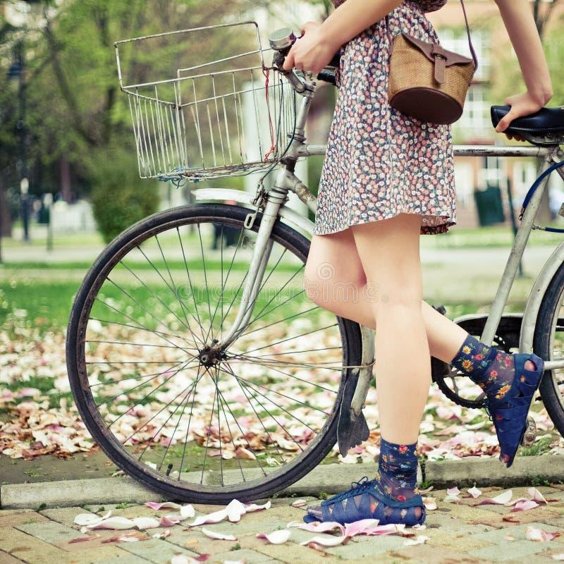 детеныши женщины велосипеда стоковая фотография