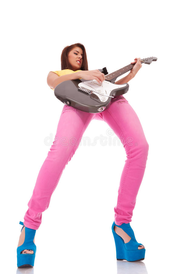 детеныши женщины гитариста запальчиво играя стоковое фото