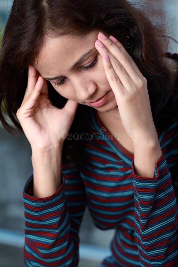 детеныши женщины головной боли стоковые изображения rf