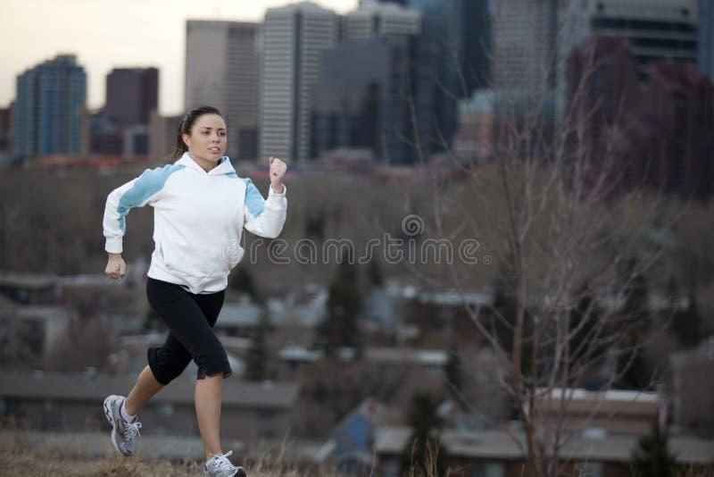 детеныши женщины города jogging стоковые фото