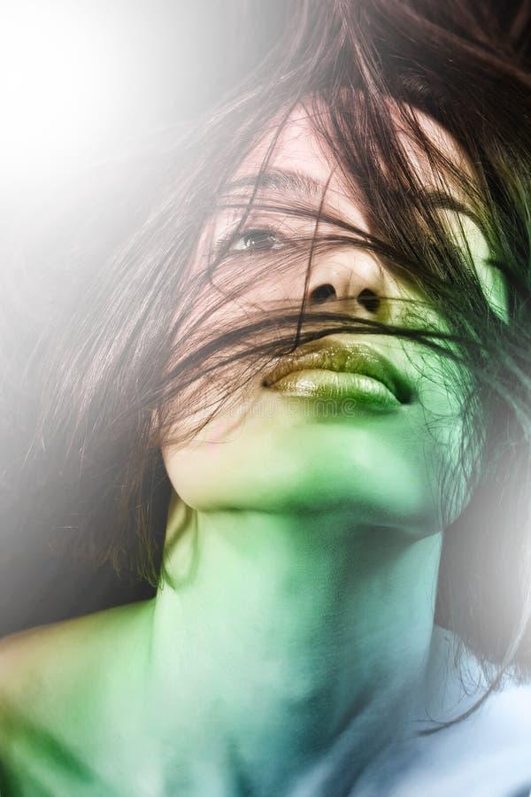 детеныши женщины движения волос чувственные стоковое фото rf