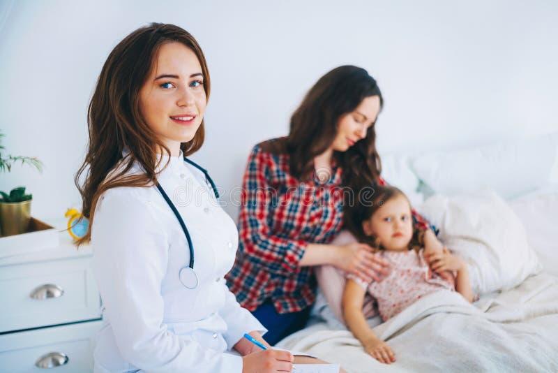детеныши женщины доктора медицинские стоковые фото