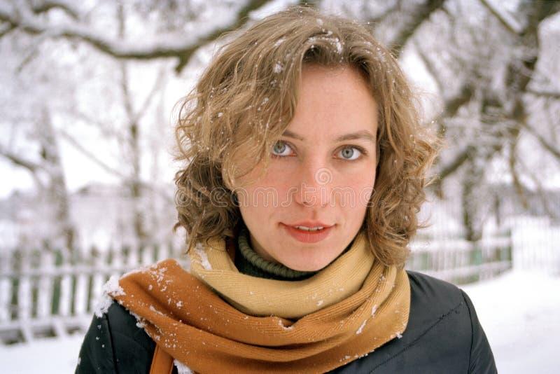 детеныши женщины зимы стоковые изображения rf