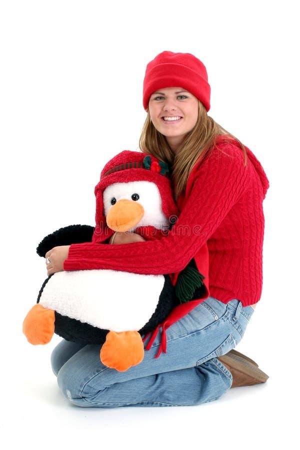 детеныши женщины игрушки pengquin удерживания стоковое изображение