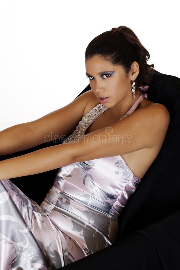 детеныши женщины кавказского платья стула сидя стоковое фото rf