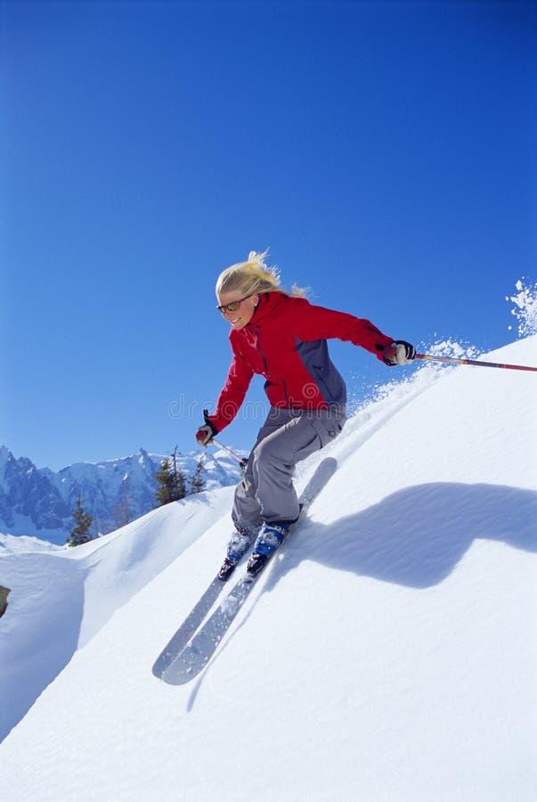 детеныши женщины катания на лыжах стоковые фотографии rf