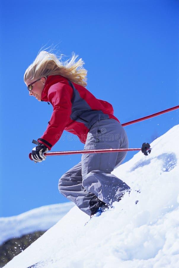 детеныши женщины катания на лыжах стоковые изображения rf