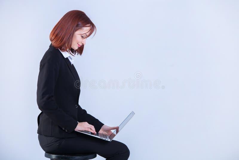 детеныши женщины компьтер-книжки дела работая Привлекательная зрелая коммерсантка работая на ноутбуке стоковые фото