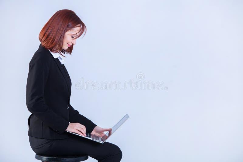 детеныши женщины компьтер-книжки дела работая Привлекательная зрелая коммерсантка работая на ноутбуке стоковое фото