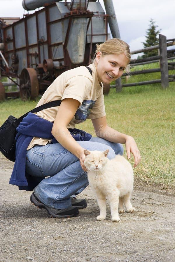 детеныши женщины кота смеясь над стоковое изображение rf