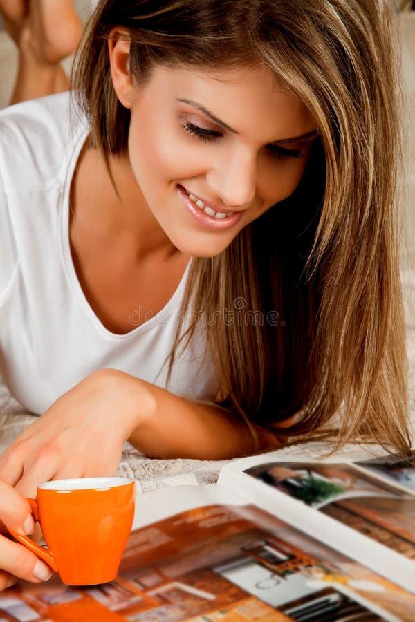 детеныши женщины кофейной чашки красотки стоковое фото