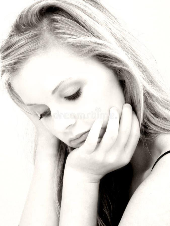 детеныши женщины красивейшего выражения унылые стоковые фото