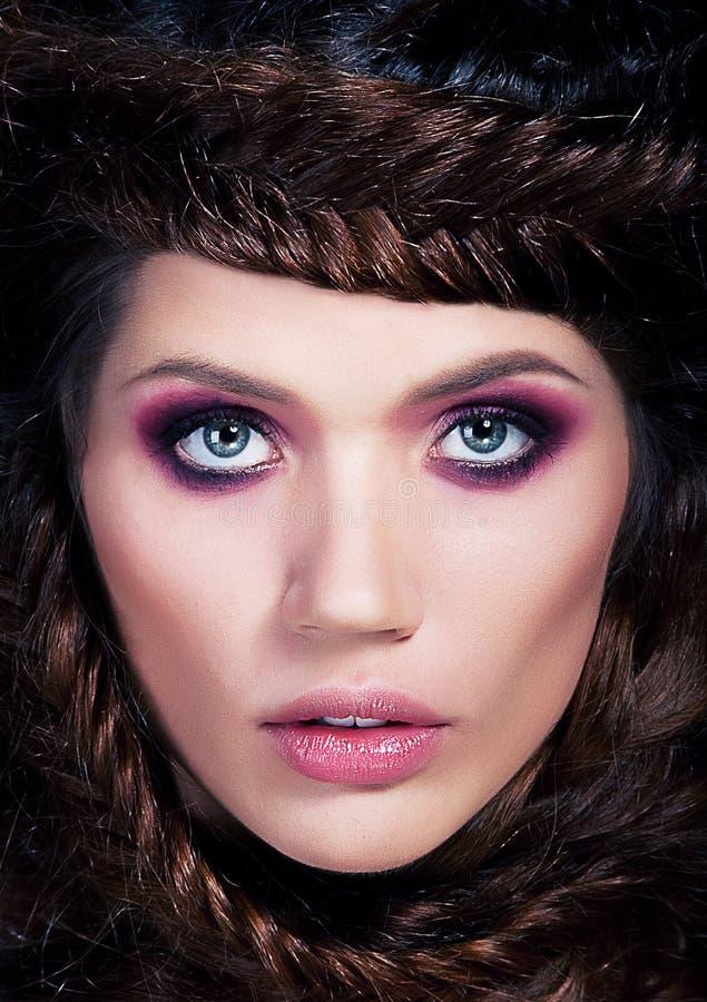 детеныши женщины красивейшего конца коричневого цвета с волосами поднимающие вверх стоковые фото