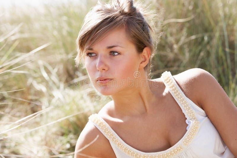 Download детеныши женщины красивейшего портрета ослабляя Стоковое Изображение - изображение: 13673611
