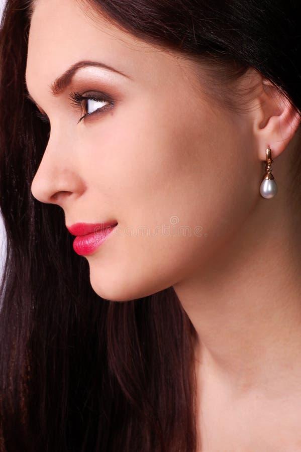 детеныши женщины красивейшего портрета перл нося стоковое фото rf