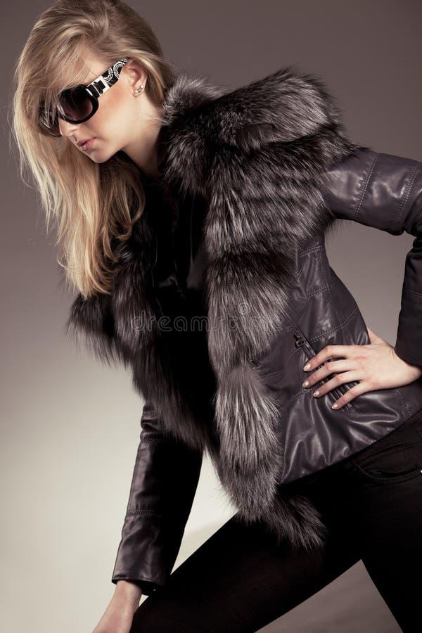 детеныши женщины куртки кожаные стоковое изображение
