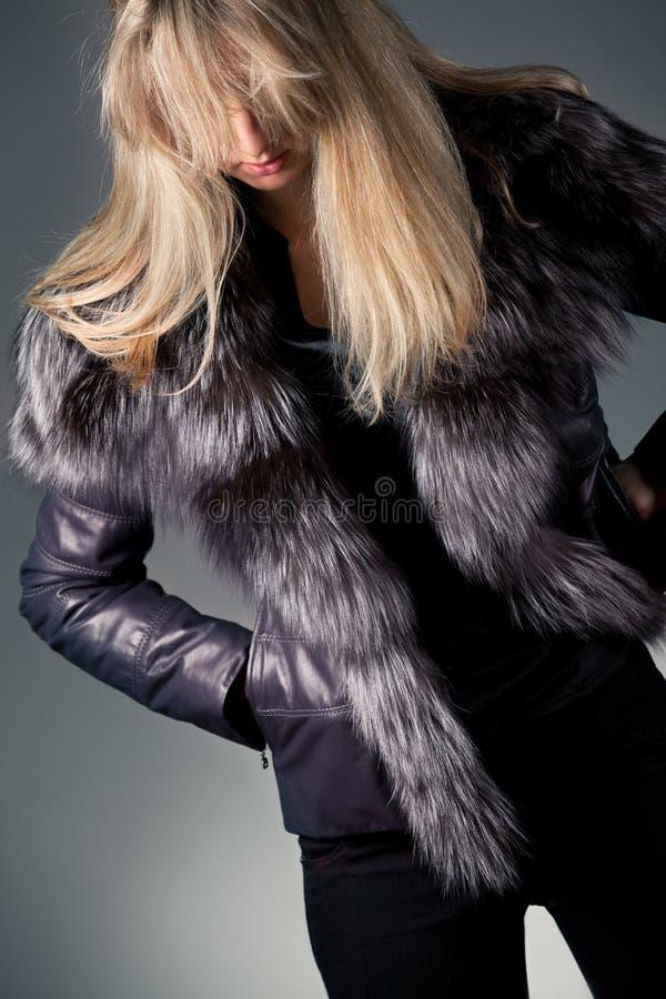 детеныши женщины куртки кожаные стоковое изображение rf