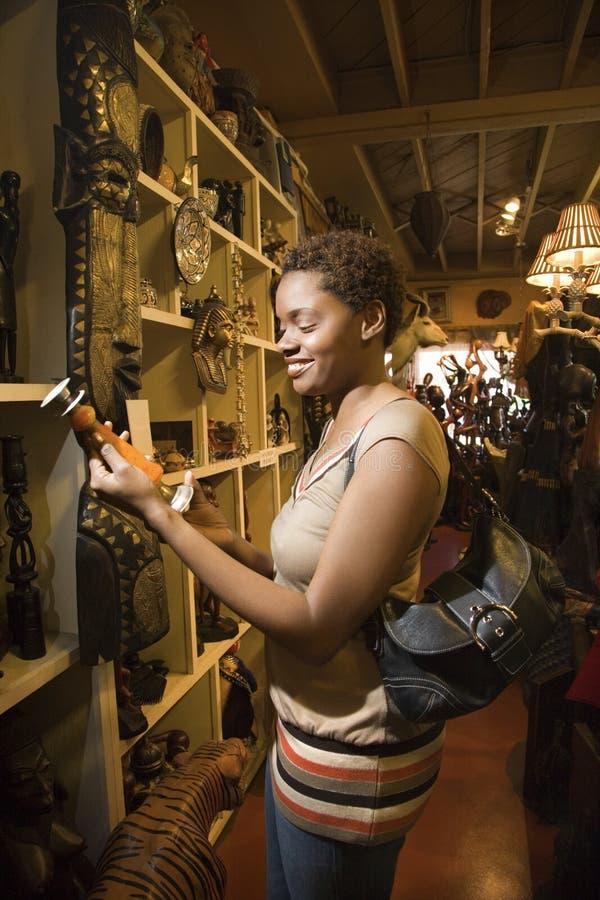 детеныши женщины магазина просматривать афроамериканца стоковые изображения