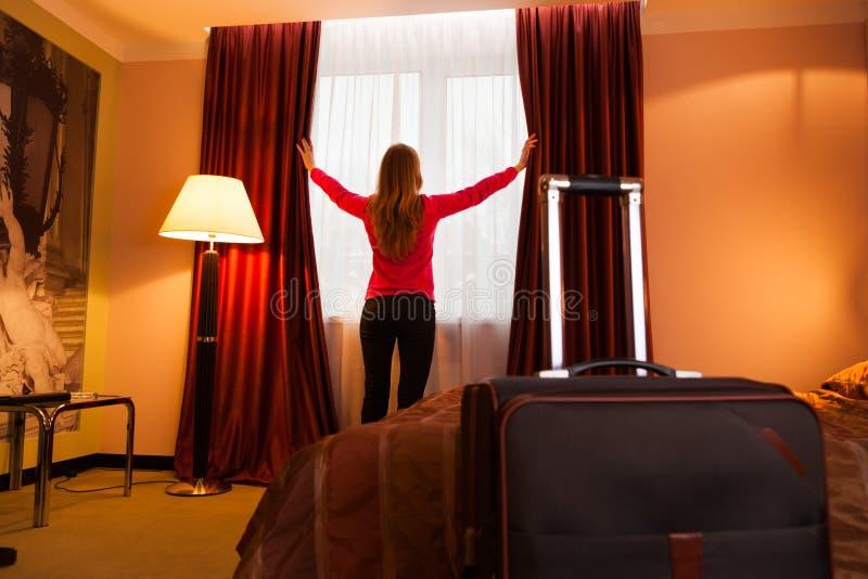 детеныши женщины отверстия гостиницы стоковая фотография