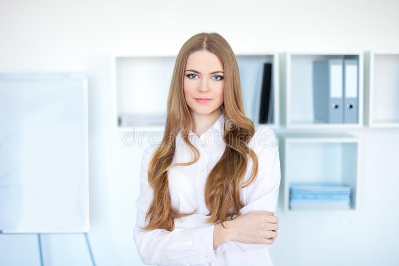детеныши женщины офиса дела стоящие стоковая фотография rf