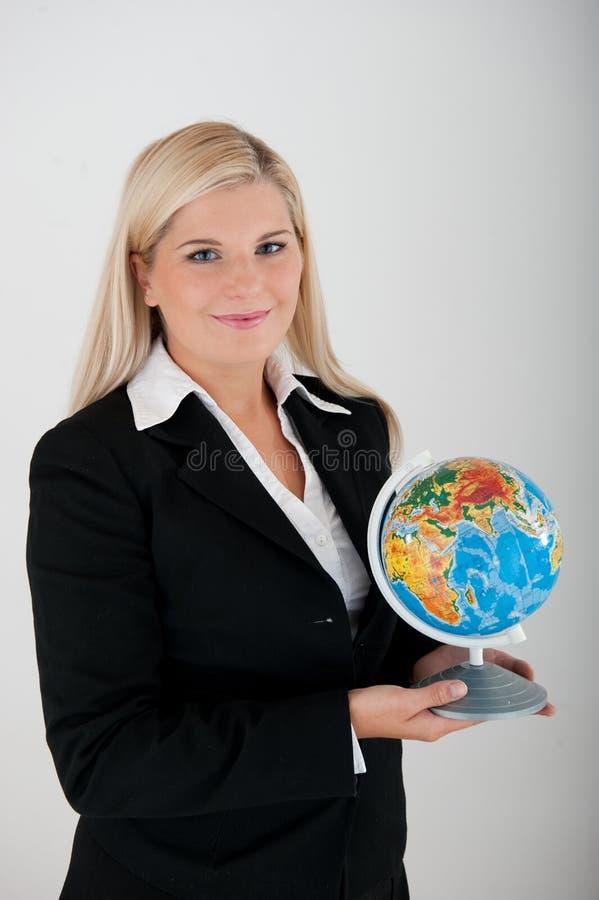детеныши женщины офиса удерживания глобуса busines стоковые изображения